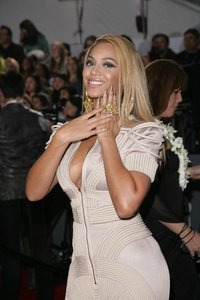 1.31.2010_Beyonce_Knowles_at_Grammy_Awards_with_Gold_Hologram_Minx_nails_Low_Res
